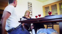 Misafir kadın masa altına girerek penis yaladı