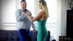 Şakacı milf sevgilisini etkilemenin yolunu buldu