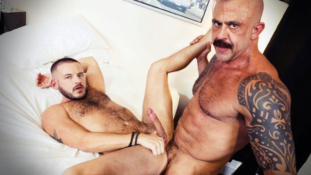 Yaşlı gay genç erkekle evde sert anlar