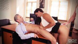 Olgun sekreterin ofiste zor anları