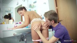 Rus genç Arnavut kızı banyoda sikiyor