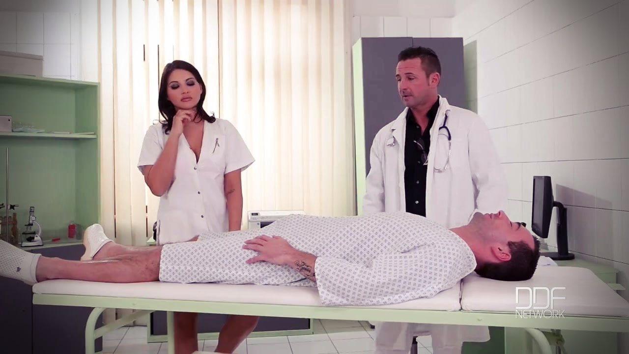 Seksi hemşire azgın doktorun gazına geldi