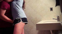 Üniversiteli sevgililer tuvalette gizli kameraya yakalandılar