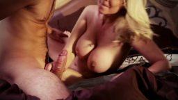 Genç erkeği yatağa atan olgun kadının sıcak yakınlaşması