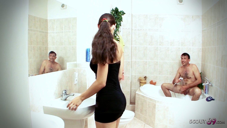 Arkadaşının Alman yengesine banyoda yakalandı