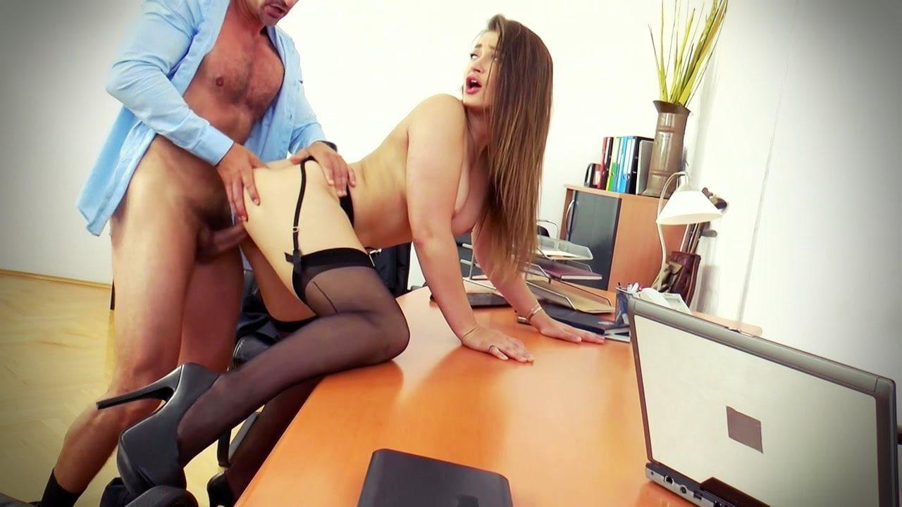 Toplantı salonunda masa altından iş arkadaşını azdırdı