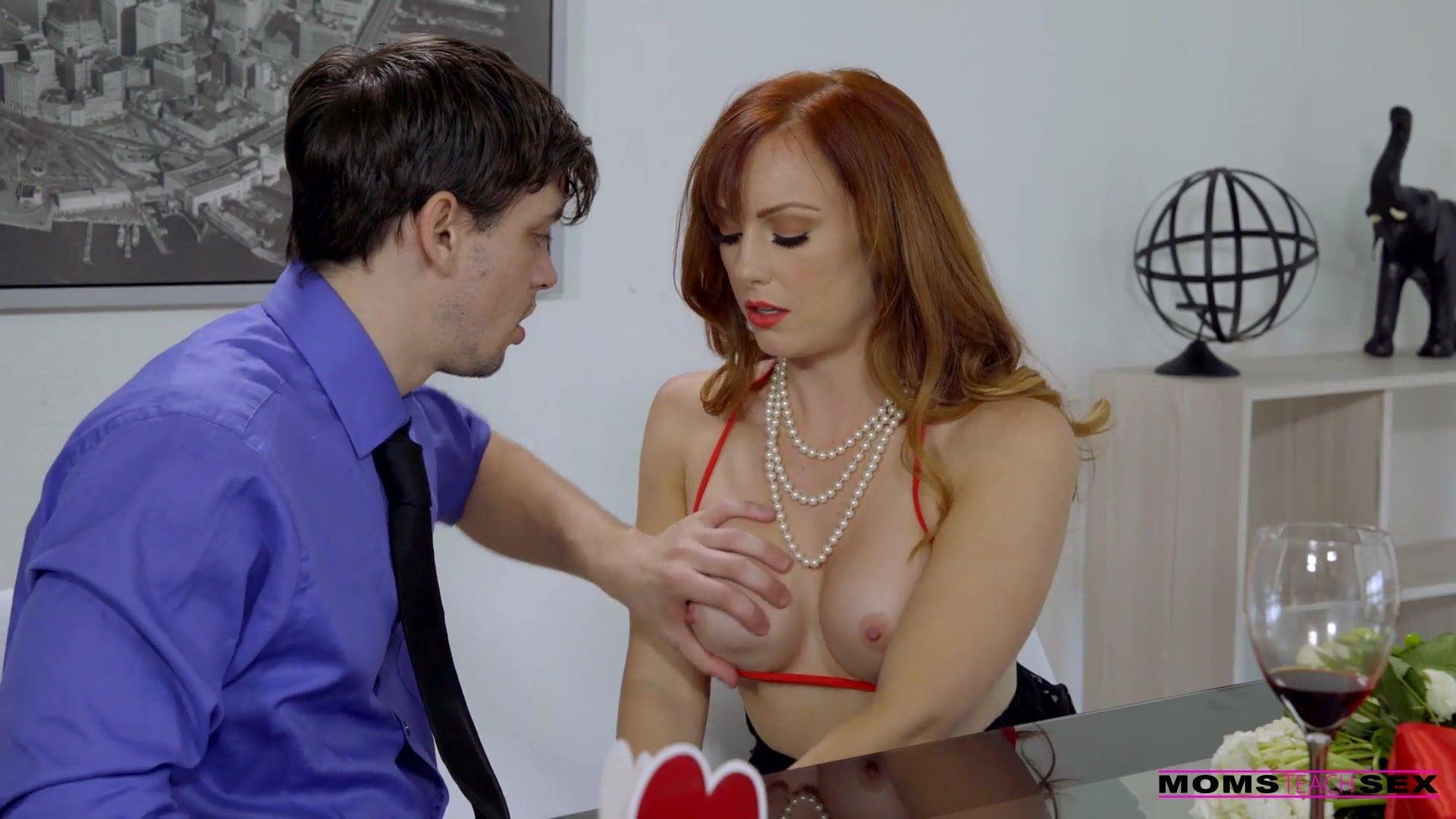 Milf bayan patronuyla ofiste sıcak seks