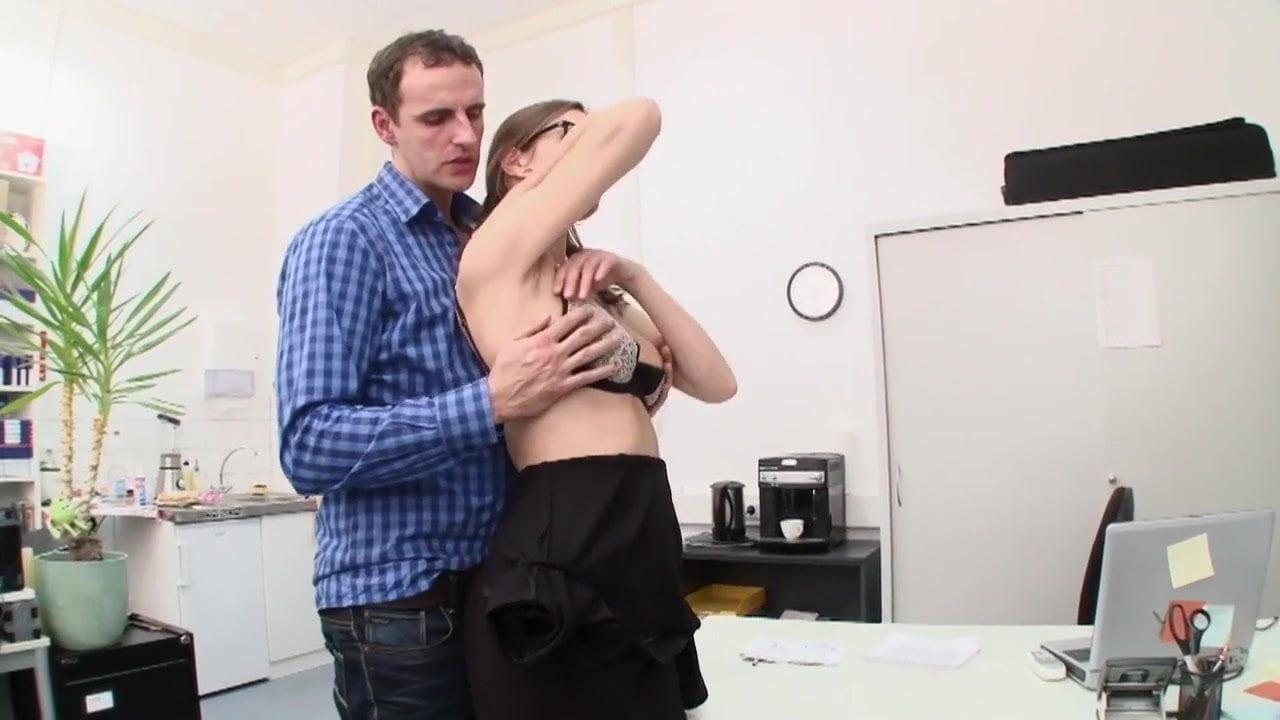 Ofis masasında sıcak tenli sekreteri düzdü