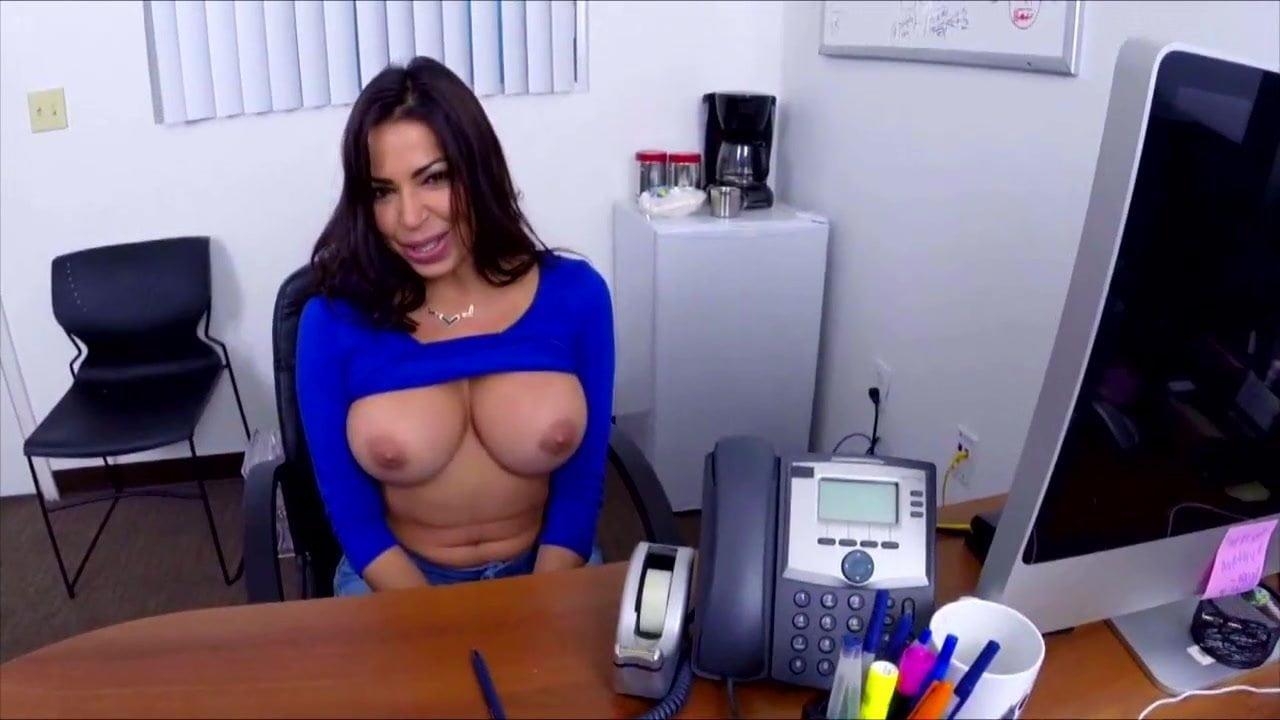 Yeni işini masa üstünde kutluyor