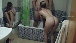 Banyoda sevgilisinin gözü önünde sevişti