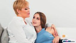 Olgun lezbiyen genç kızlara eşlik etti