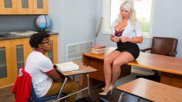 Zenci öğrenci dul öğretmenini masada becerdi