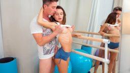 Mini şortlu Rus sevgilisinin göğüslerini avuçladı