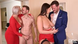 Olgun iş kadınlarıyla evde grup seks partisi