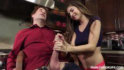 Nina North ablasının sevgilisini mutfakta sıkıştırdı
